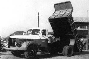 1954: Starts development of hydraulic industrial machines. Completes the first dump truck.